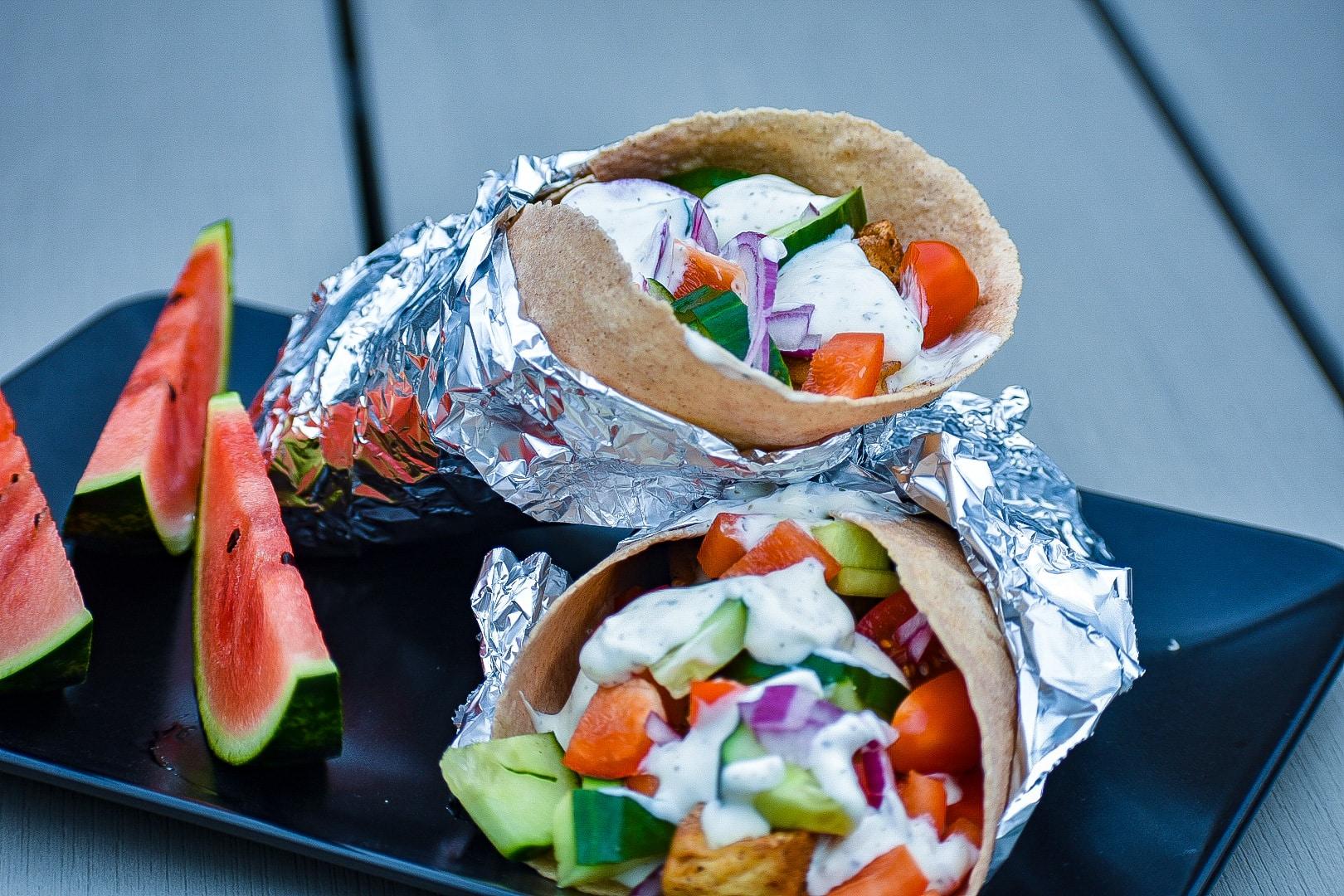 Picknick-mat: wraps med kryddig kyckling och örtdressing