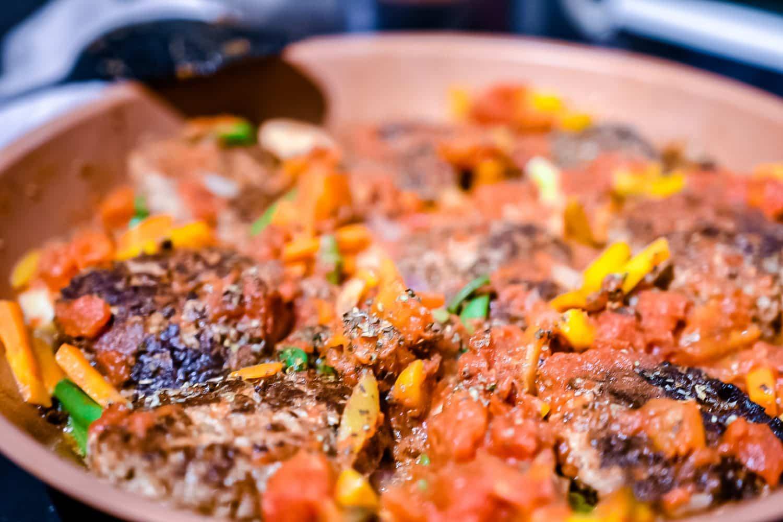 Älgwallenbergare med wokade grönsaker och tomatsås