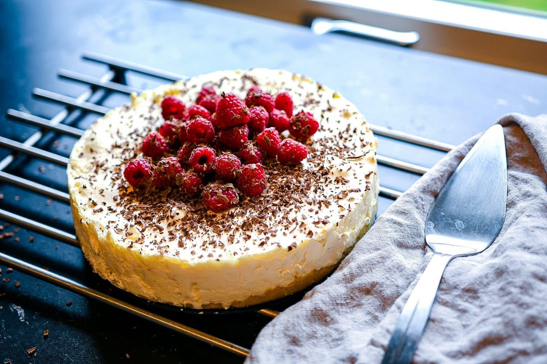 Recept- sockerfri cheesecake med hallon och choklad